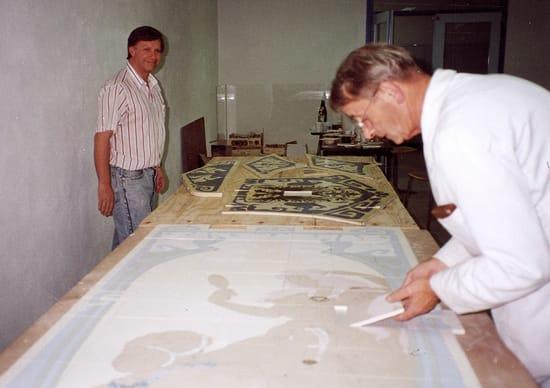 Goedewaagen-Gouda, werk aan repliek Distel-tableau Herestraat-101 van 1903, Groningen, links Gerard van Doorn, rechts Piet de Jong, voorjaar 1990