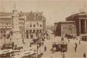 Ansichtkaart van de Dam in Amsterdam, met standbeeld Naatje, ca 1898