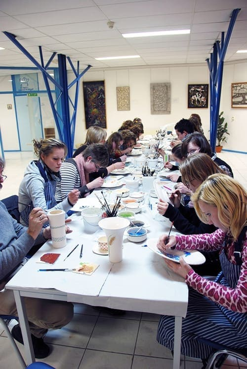 Leerlingen van de Groene School in Hoogeveen bij een schildersworkshop in januari 2008.