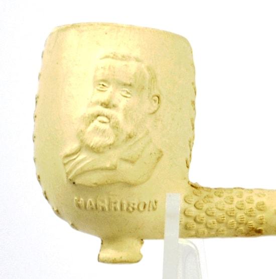 Goedewaagen, reliëfpijp met portret nieuwe, Republikeinse president van de USA, Harrison; coll. Geert Ramaker