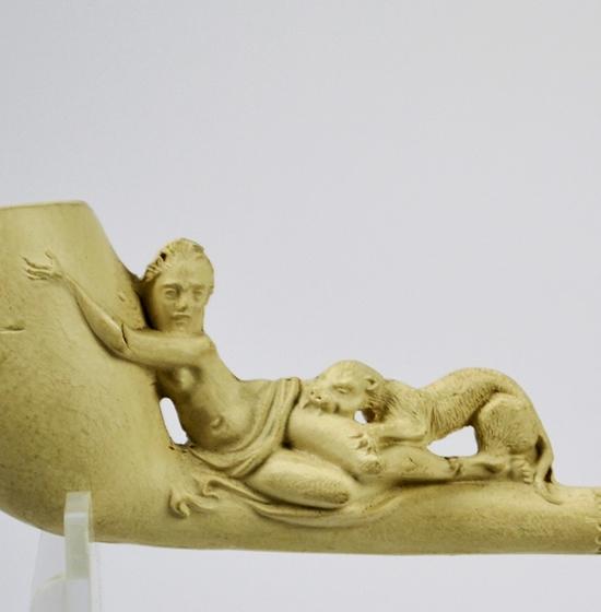 Goedewaagen, figurale pijp, jonge vrouw gebeten door panter; coll. Geert Ramaker