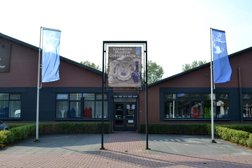 Entree van de Stichting Keramisch Museum Goedewaagen en de aardewerkfabriek Royal Goedewaagen-Gouda BV.