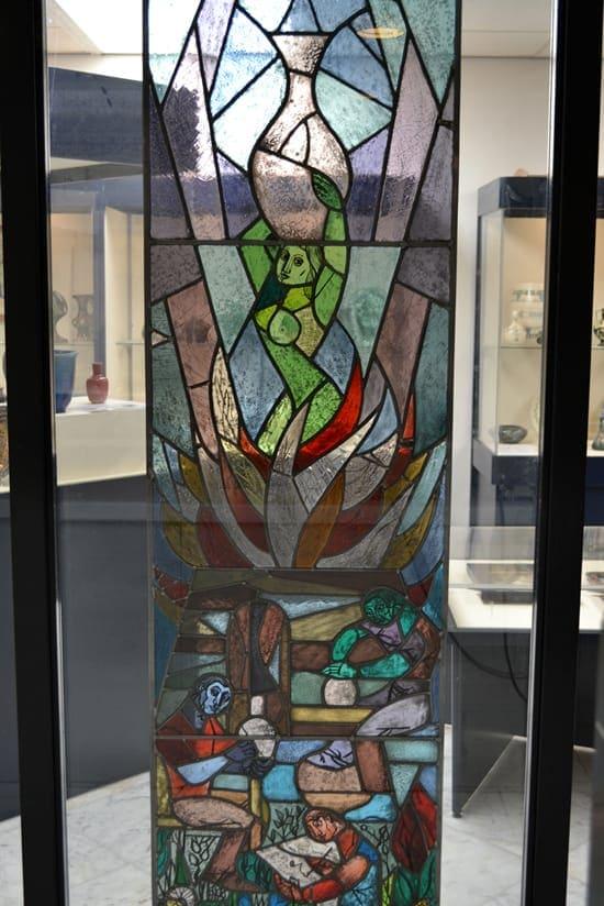 Gebrandschilderd glas-in-lood-raam van de pottenbakker, h. 205 cm, 1923 (coll. Righard Atsma)