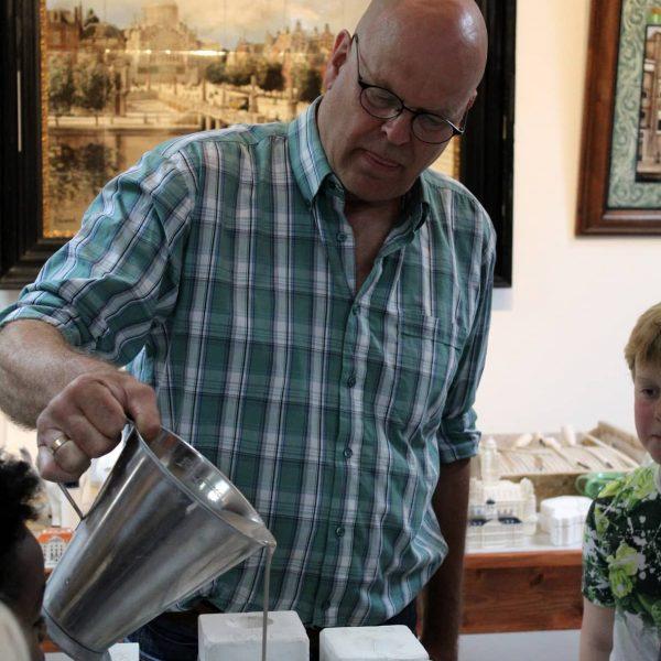 2B. Peter Folkers demonstreert miniaturen gieten