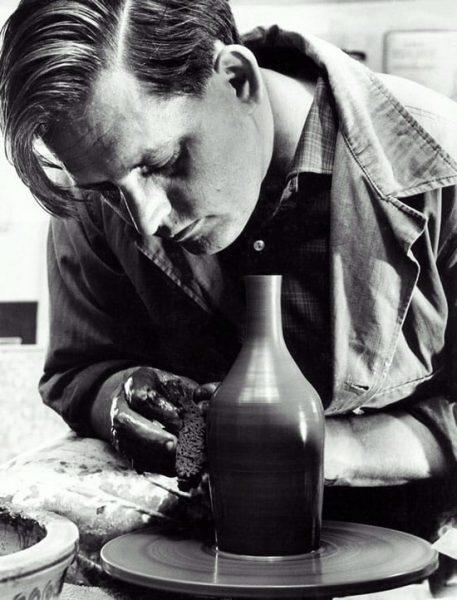 Pottenbakker en keramisch ontwerper Zweitse Landsheer, ca 1955, bij de vormgeving van zijn internationaal geprezen minimalistische aardewerk voor Goedewaagen.