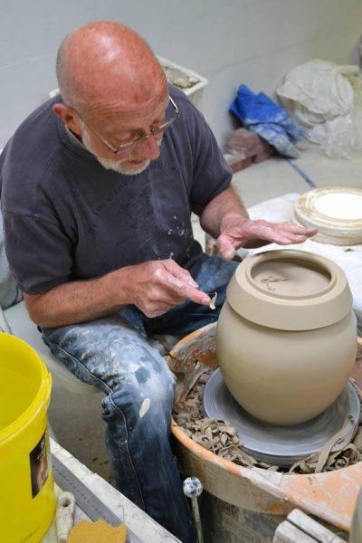 Ber van Reden, stichter van het door Goedewaagen aangekochte Urnencentrum Nederland, bij het draaien van een acht kilo zware urn. Foto: Marijke Koster.