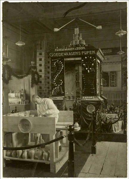 Goedewaagen's stand met aardewerk en pijpen op Nationale keramiektentoonstelling in Societeit van Gouda, 1911.