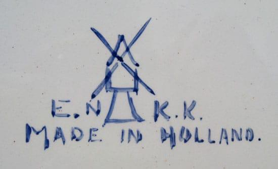 E.N.K.K.. tegelplaat, riviergezicht in Delfts Blauw, met molenmerk (coll. Bert-Jan Baas)
